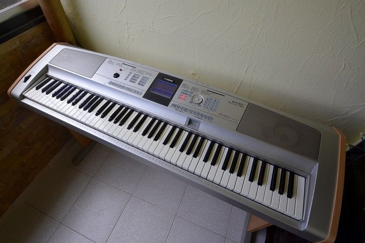 Yamaha DGX 505 belongs somewhere between the entry level and mid level keyboards.